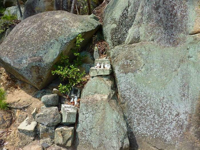 鴨方六条院中の稲荷の巨石